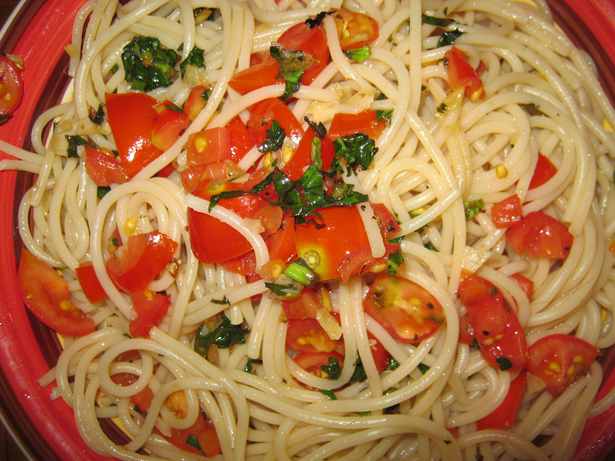 Easy pasta with garlic and fresh garden tomato sauce