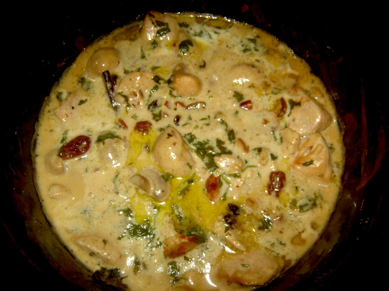 Moghlai Chicken with mushrooms, almonds and raisins