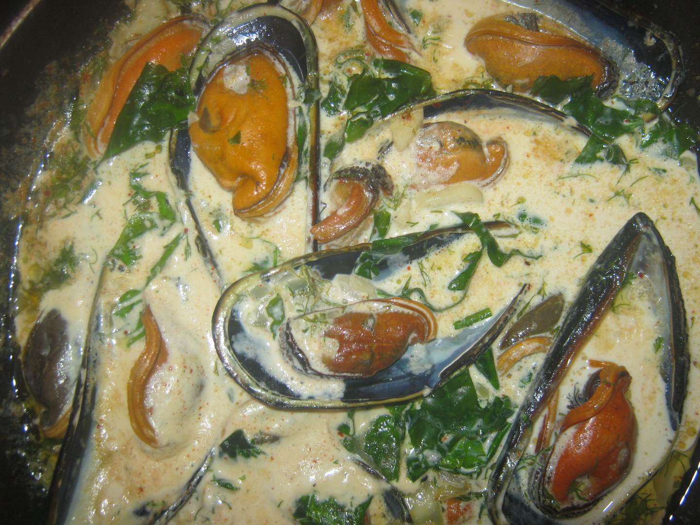 Mussels in Sea Lettuce Cream Sauce in a pan