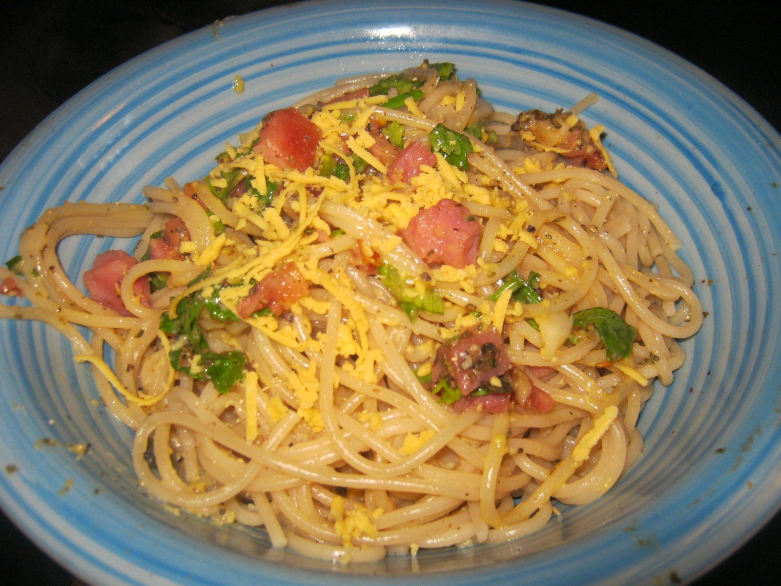 Spaghetti Carbonara in a blue bowl